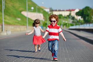 grosir baju anak murah Tanah Abang- happy children running on the promenade